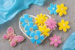 Fleurit des biscuits photographie stock