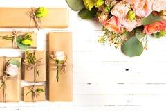 Fleurit la composition Fleurs et cadeaux sur le fond blanc Configuration plate, vue supérieure photographie stock