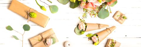 Fleurit la composition Fleurs et cadeaux sur le fond blanc Configuration plate, vue supérieure photo libre de droits