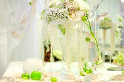 Fleurit la composition sur une table Photographie stock