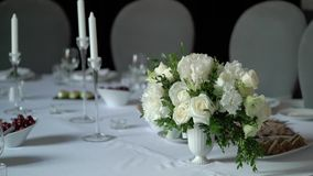 Fleurit la décoration à la table banque de vidéos