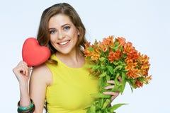 fleurit la femme heureuse de fixation Symbole de coeur de l'amour Photo stock