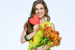 fleurit la femme heureuse de fixation Symbole de coeur de l'amour Photographie stock libre de droits