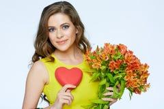 fleurit la femme heureuse de fixation Symbole de coeur de l'amour Photographie stock