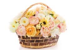 Fleurit la pivoine de bouquet dans le panier, backgound blanc d'isolement Photographie stock