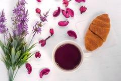 Fleurit la tasse du croissant de thé Photographie stock libre de droits