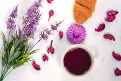 Fleurit la tasse du croissant de thé Photos libres de droits