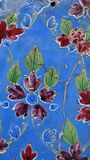 Fleurit la vieille mosaïque bleue, rouge et verte mur-peinte d'ornement Image stock