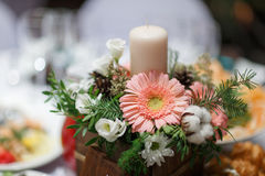Fleurit le bouquet dans le vase sur la table Photos stock