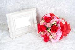 Fleurit le bouquet placé avec le cadre de tableau photos libres de droits