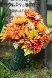 Fleurs à la tombe Photos stock
