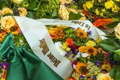 Fleurs à la tombe avec la phrase Photo libre de droits