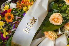 Fleurs à la tombe avec la phrase Photo stock