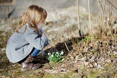 Fleurs émouvantes de petite fille d'enfant en bas âge Images libres de droits
