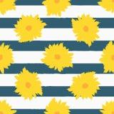 Fleurs abstraites sur le fond rayé Configuration sans joint florale élégante Image libre de droits