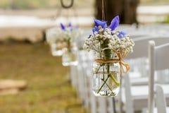 Fleurs accrochant dans le pot de maçon Photo stock
