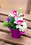 Fleurs artificielles dans le vase métallique coloré. Photographie stock