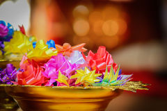 Fleurs artificielles de ruban sur le piédestal Photo libre de droits