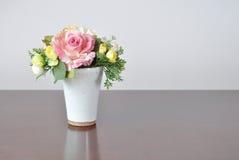 Fleurs artificielles de vases sur le bureau Images stock