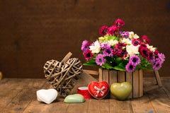 Fleurs artificielles et forme de coeur Image stock