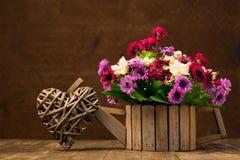 Fleurs artificielles et forme de coeur Photo libre de droits