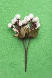 Fleurs artificielles sur un fond vert Photos libres de droits