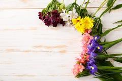 Fleurs au-dessus du fond en bois D'en haut Photos stock