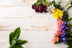 Fleurs au-dessus du fond en bois D'en haut Image stock