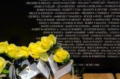 Fleurs au mur Photos stock