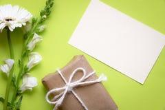 Fleurs avec la carte et le cadeau de message Photos libres de droits