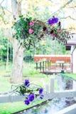 Fleurs avec le décor et le bois blanc Image libre de droits