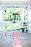 Fleurs avec le décor et le bois blanc Photos stock