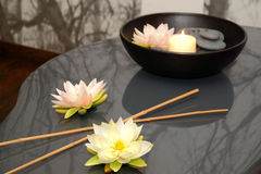Fleurs, bambou, pierres et bougie Photographie stock