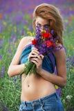 Fleurs behing de dissimulation de belle fille Photographie stock libre de droits