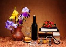 Fleurs, bijoux et livres Photo stock
