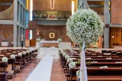 Fleurs blanches dans l'église Images libres de droits