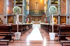 Fleurs blanches dans l'église Photographie stock libre de droits