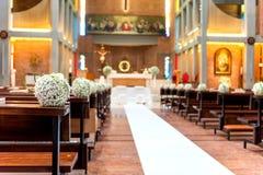 Fleurs blanches dans l'église Photos stock