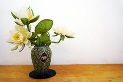 Fleurs blanches dans le vase Photos stock