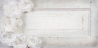 Fleurs blanches de cru sur un fond de cru Photographie stock