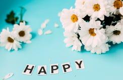 fleurs blanches de jour heureux, lettres HEUREUSES Image libre de droits