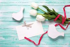 Fleurs blanches de tulipes, Empty tag et oiseaux décoratifs sur le turquoi Image stock