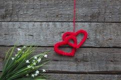 Fleurs blanches et deux coeurs sur un fond en bois Photo libre de droits