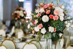 Fleurs blanches et roses dans le vase Images stock