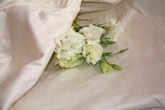Fleurs blanches et soie Photo libre de droits