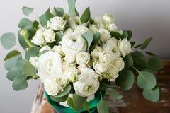 Fleurs blanches mélangées Bouquet des roses et des ranunculuses de jet dans une boîte sur la table en bois Copiez l'espace Images stock