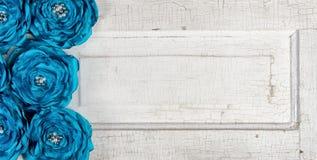 Fleurs bleues de cru sur une vieille trappe Photo stock