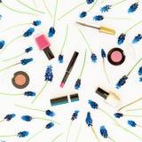 Fleurs bleues de muscari et cosmétiques féminins sur le fond blanc Configuration plate, vue supérieure Fond de source Images libres de droits