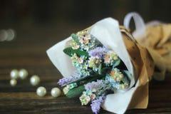 Fleurs bleues de myosotis sur le fond en bois Photo libre de droits