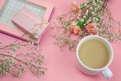 fleurs, boîte-cadeau et tasse de boisson sur un fond rose vibrant photographie stock libre de droits